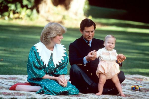 1983 - Il Principe Carlo e la Principessa Diana giocano con William a Auckland, in Nuova Zelanda (foto: Olycom)